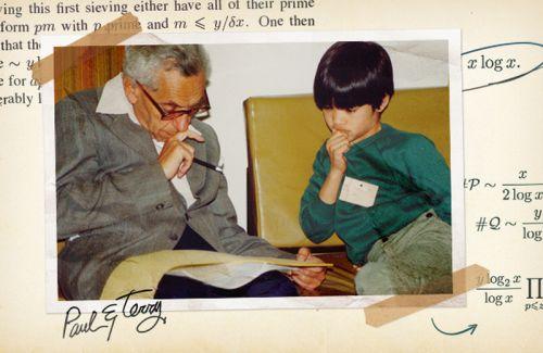 Ο Paul Erdős, αριστερά, και ο Terence Tao συζητώντας μαθηματικά το 1985. Τον περασμένο Αύγουστο ο Tao και τέσσερις άλλοι μαθηματικοί απέδειξαν μια παλιά εικασία του Erdős σηματοδοτώντας την πρώτη σημαντική πρόοδο, σε 76 χρόνια, στην κατανόηση σχετικά με το εύρος του χάσματος ανάμεσα στους πρώτους αριθμούς.