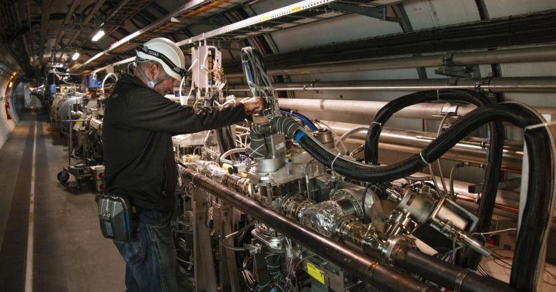 Στο CERN οι επιστήμονες βρίσκουν στοιχεία ότι στα πρωτόνια μπορεί να κρύβονται παράξενες περιττού αριθμού ενώσεις γλοιονίων