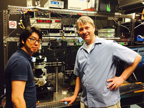 Οι Young Duck Kim και James Hone στο εργαστήριό τους