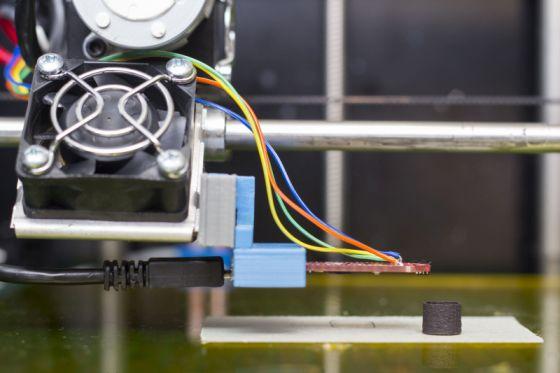 Μαγνήτης σε σχήμα παρόμοιο με κύπελλο, κατασκευάζεται σε εκτυπωτή τρισδιάστατων αντικειμένων.