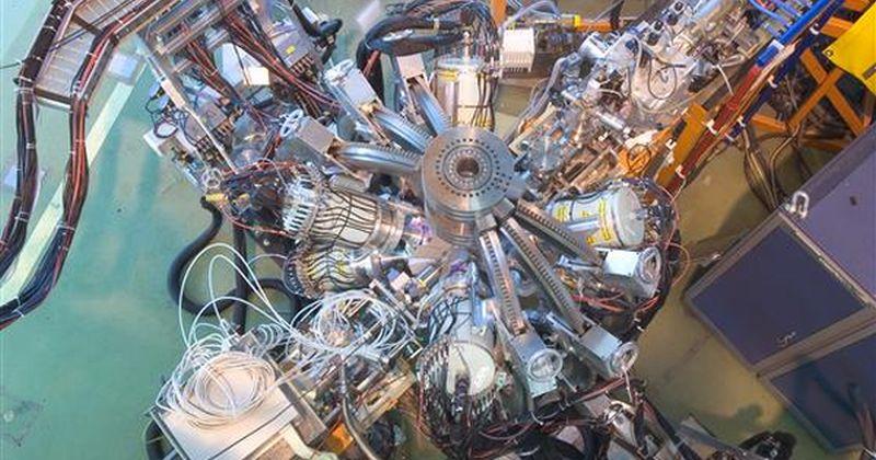 Το πρώτο αποτέλεσμα από τον επιταχυντή HIE-ISOLDE ρίχνει φως στους διπλά μαγικούς πυρήνες με διευθέτηση νουκλεονίων σε πλήρη κελύφη