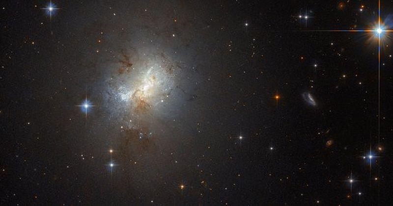 Το Hubble παρατηρεί έναν λιλιπούτειο γαλαξία με μια τεραστίων διαστάσεων μαύρη καρδιά