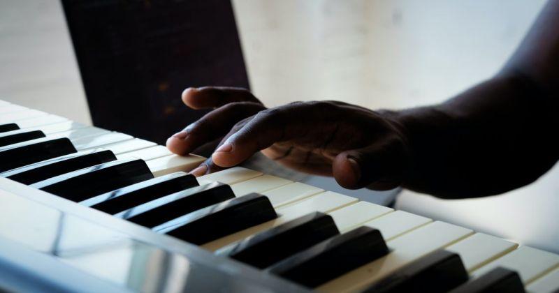 Ένα σύστημα που διδάσκει την Τεχνητή Νοημοσύνη να παίζει πιάνο